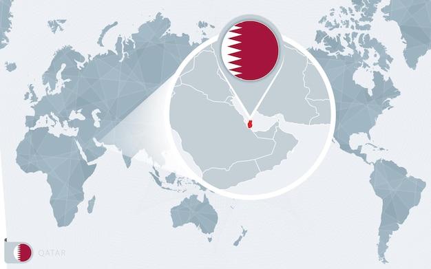 Carte du monde centrée sur le pacifique avec le qatar agrandi. drapeau et carte du qatar.
