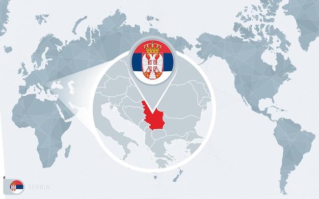 Carte du monde centrée sur le pacifique avec la serbie agrandie. drapeau et carte de la serbie.