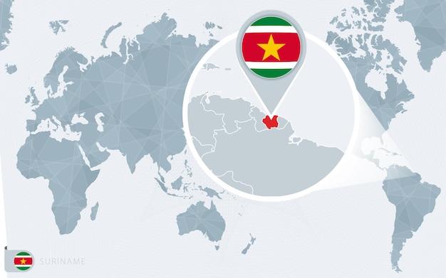Carte du monde centrée sur le pacifique avec le suriname agrandi. drapeau et carte du suriname.