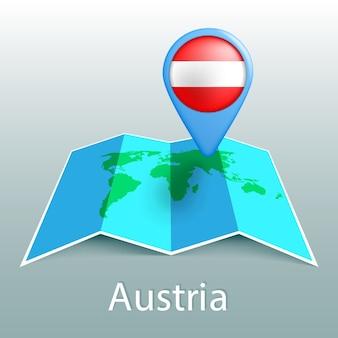 Carte du monde drapeau autriche en broche avec le nom du pays sur fond gris