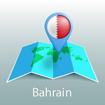 Carte du monde drapeau bahreïn en broche avec le nom du pays sur fond gris