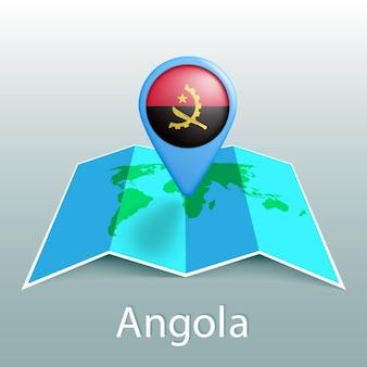 Carte du monde du drapeau de l'angola en broche avec le nom du pays sur fond gris