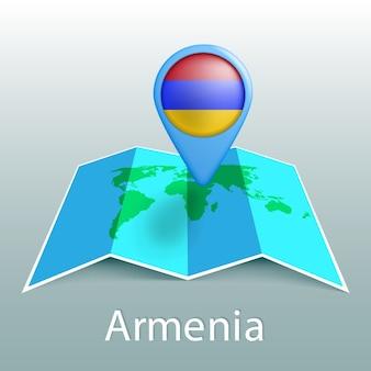 Carte du monde du drapeau de l'arménie en broche avec le nom du pays sur fond gris