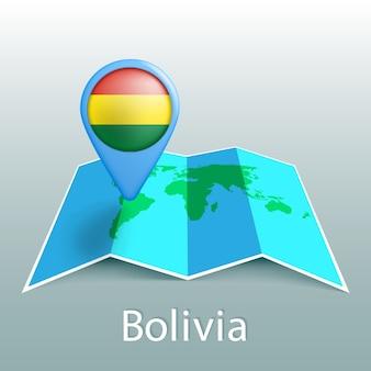 Carte du monde du drapeau de la bolivie en pin avec le nom du pays sur fond gris