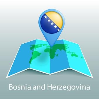 Carte du monde du drapeau de la bosnie-herzégovine en pin avec le nom du pays sur fond gris
