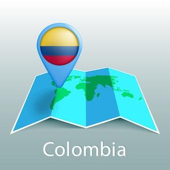Carte du monde du drapeau de la colombie en broche avec le nom du pays sur fond gris