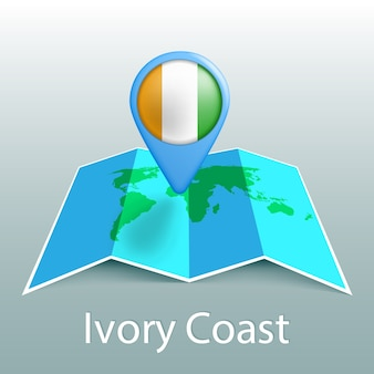 Carte du monde du drapeau de la côte d'ivoire en pin avec le nom du pays sur fond gris