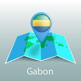 Carte du monde du drapeau du gabon en pin avec le nom du pays sur fond gris