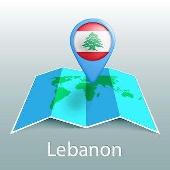 Carte du monde du drapeau du liban en broche avec le nom du pays sur fond gris