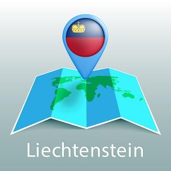 Carte du monde du drapeau du liechtenstein en broche avec le nom du pays sur fond gris