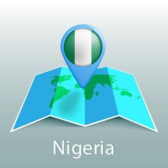Carte du monde du drapeau du nigeria en broche avec le nom du pays sur fond gris