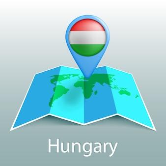 Carte du monde du drapeau de la hongrie en broche avec le nom du pays sur fond gris