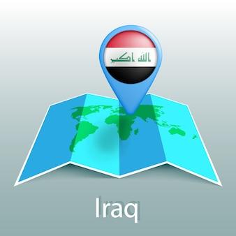 Carte du monde du drapeau de l'irak en broche avec le nom du pays sur fond gris