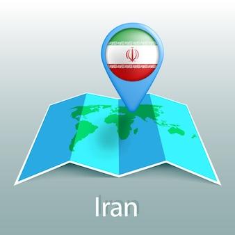 Carte du monde du drapeau de l'iran en broche avec le nom du pays sur fond gris