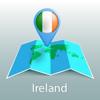 Carte du monde du drapeau de l'irlande en broche avec le nom du pays sur fond gris