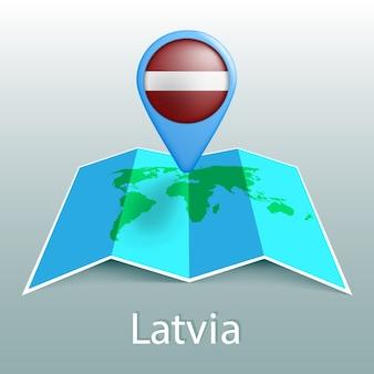 Carte du monde du drapeau de la lettonie en pin avec le nom du pays sur fond gris
