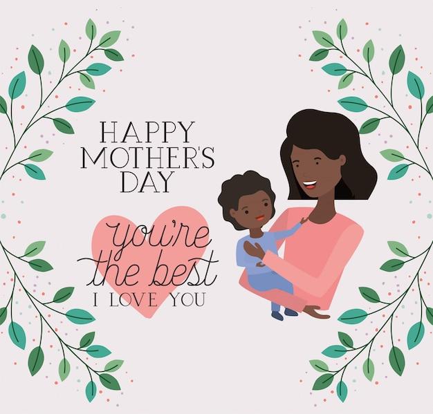 Carte de fête des mères avec maman noire soulevant son fils