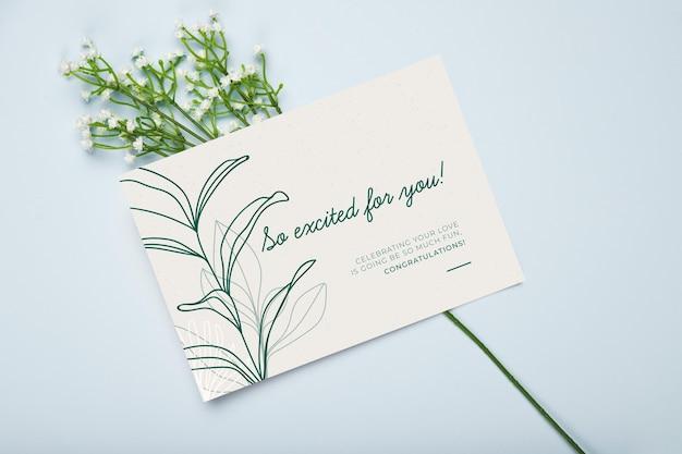 Carte de fiançailles heureux avec des fleurs