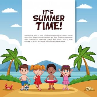 Carte d'heure d'été avec des enfants à des dessins animés de plage