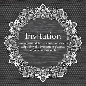 Carte d'invitation et d'annonce de mariage avec dentelle ronde ornementale avec des éléments d'arabesque.