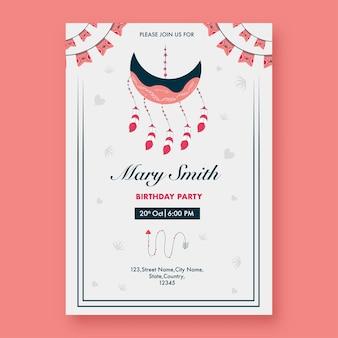 Carte d'invitation de fête d'anniversaire avec attrape-rêves en forme de croissant de lune de couleur blanche.