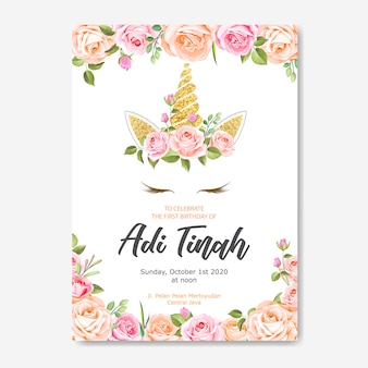 Carte d'invitation de licorne avec guirlande florale et paillettes d'or