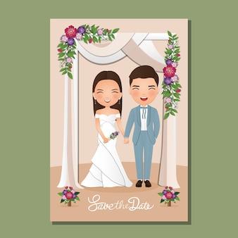 Carte d'invitation de mariage la bande dessinée de couple mignon mariés sous l'arche décorée de fleurs