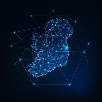 Carte d'irlande silhouette rougeoyante faite d'étoiles lignes triangles de points, formes polygonales basses