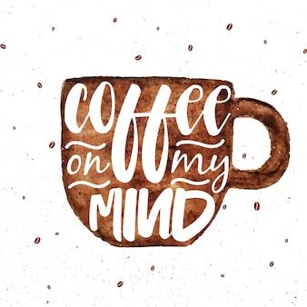 Carte de lettrage avec une tasse à café brune aquarelle