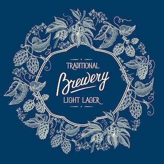Carte originale d'ornement de cadre figuré de deux couleurs avec des baies et des tiges de houblon avec inscription sur la bière blonde de brasserie traditionnelle sur doodle bleu.