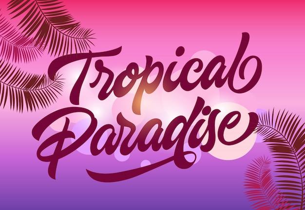Carte postale de paradis tropical avec des feuilles de palmier sur fond flou magenta et violet