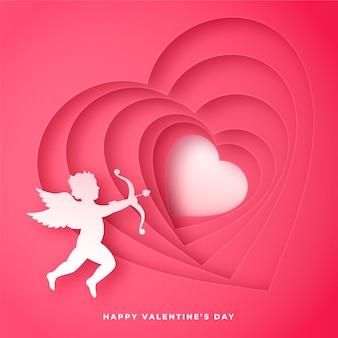 Carte de la saint-valentin avec la silhouette de cupidon et des coeurs en papier découpé, fond rose romantique