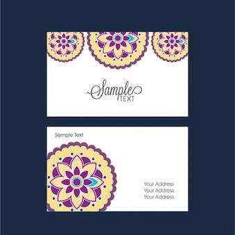 Carte de visite avec des fleurs jaunes et violettes