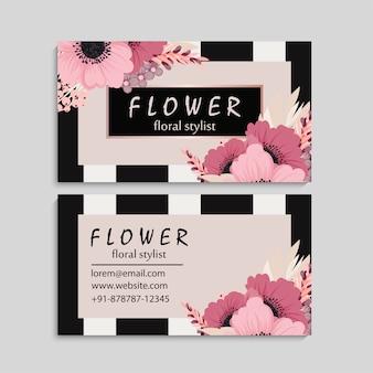 Carte de visite sombre avec de belles fleurs roses