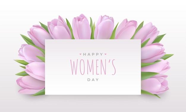 Carte de voeux de bonne journée des femmes le 8 mars. délicates tulipes lilas légères sous une feuille de papier avec texte de félicitations.
