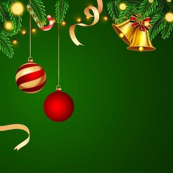 Carte de voeux décorée avec des boules suspendues, des feuilles de pin, une clochette et une guirlande lumineuse sur la surface verte.