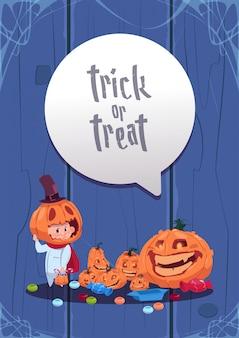 Carte de voeux joyeux halloween. des bonbons ou un sort. citrouilles décoration traditionnelle
