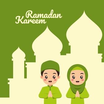 Carte de voeux de ramadan avec des enfants musulmans de dessin animé mignon