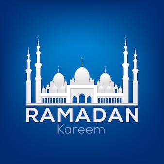 Carte de voeux ramadan kareem avec silhouette blanche d'une mosquée sur fond bleu foncé.