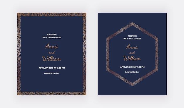 Cartes d'invitation de mariage bleu foncé avec bordures de confettis or et cadre hexagonal.