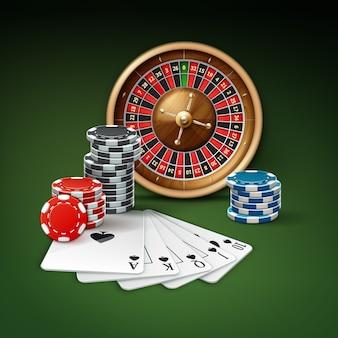 Cartes à jouer vectorielles ou quinte flush royale, roue de roulette et piles de jetons de casino rouge, bleu, noir vue de dessus isolée sur fond vert