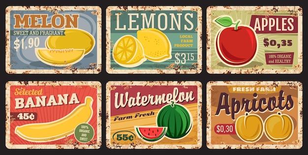Cartes de prix de fruits sur des plaques de métal rouillé