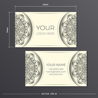 Cartes de visite de couleur crème claire avec de magnifiques motifs de mandala vectoriels. conception de carte de visite avec ornement monogramme.