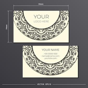 Cartes de visite de couleur crème claire avec de magnifiques motifs vectoriels d'ornements de mandala. conception de cartes de visite avec motifs monogrammes.