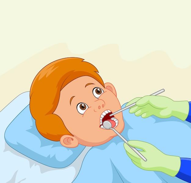 Cartoon petit garçon ayant ses dents vérifiées par un dentiste