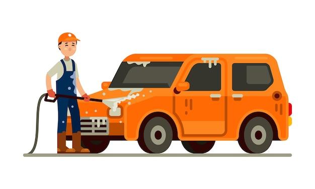 Carwash travailleur lavage de voiture avec un jet d'eau en mousse de tuyau