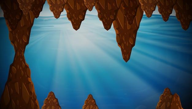 Caverne sous-marine avec la lumière du soleil