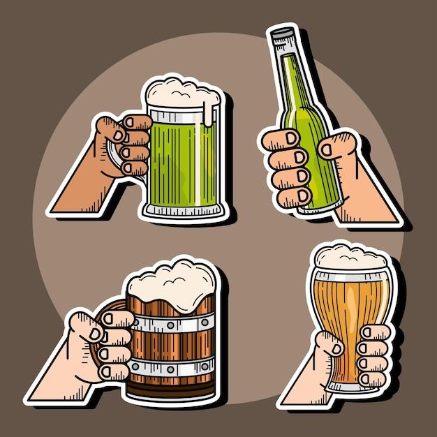 Célébrer les mains avec des bières