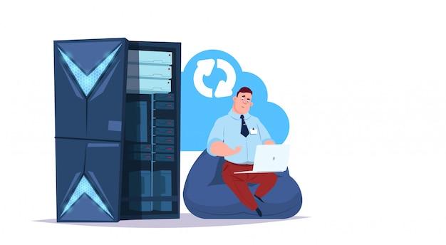 Centre de cloud de synchronisation du stockage de données avec serveurs et personnel d'hébergement. réseau de technologie informatique et support de communication du centre internet de base de données