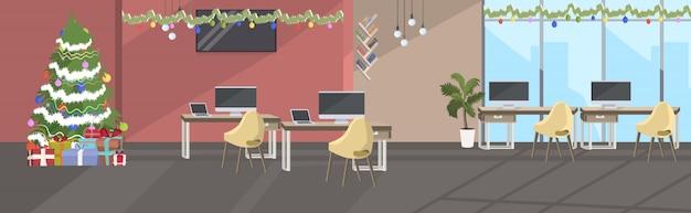 Centre de coworking vide aucun peuple décoré pour la célébration des vacances de noël